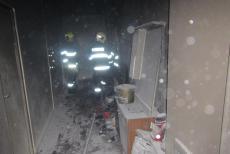 Oheň v chodbě paneláku. Hustý kouř probudil spící obyvatele