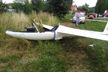 Na Královédvorsku se zřítil větroň, pilot bez zranění nevyvázl