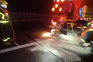 Po střetu sypače a dodávky na dálnici D1 u Bílova hasiči vyprošťovali jednoho z řidičů