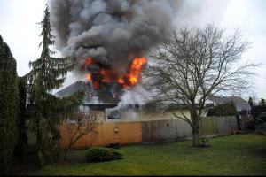 Požár domu v Jesenici u Prahy byl vidět široko daleko (VIDEO)