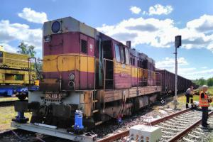 Únik nafty z lokomotivy v Rybništi. Nejdřív trochu a pak hodně