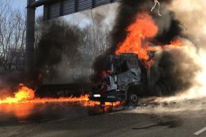 Dva kamiony v sobě a následný požár zablokoval dálnici D1 před Prahou