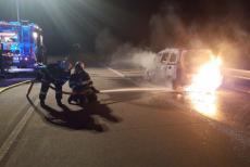 Hasiči na dálnici hasili požár osobáku na alternativní pohon