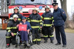 Senior v hasičském autě. Jednotka invalidovi splnila vánoční přání