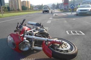 Osobní auto se na Hodonínsku střetlo s motorkářem. Nepřežil.