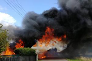 Hasiči na požár útočili vodním proudem, na ně pak útočily sršně