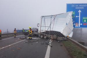 Vážná nehoda tří vozidel u Břeclavi. Autobus, osobák a dodávka v sobě