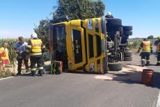 Náklaďák s obilím u Sluštic havaroval, řidič se zranil
