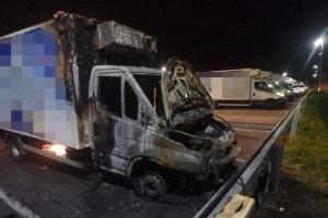 Jedna zapálila druhou. Požár dvou dodávkových vozidel