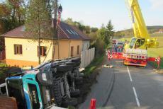 Plně naložený autodomíchávač zdemoloval plot u rodinného domu