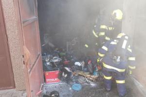 Exploze rozrazila vrata garáže. Závada na baterii hoverboardu