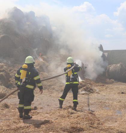 S požárem stohu v Obědovicích bojovali hasiči dlouhých dvacet hodin