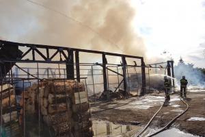 V Hulíně to pořádně hulilo. Hasiči likvidovali požár uvnitř skladu