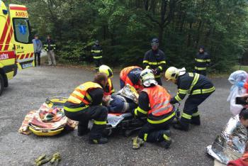 Zástava životních funkcí. Berounští hasiči zachránili ženu pomocí defibrilátoru