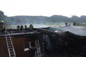 Jsou teď bez domova. Požár dřevostavbu majitelům zcela zničil