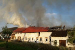 V  Lipně hořel objekt bývalého JZD, zachránění papoušci