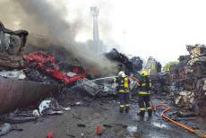 Požár na autovrakovišti v Moravském Krumlově. V ohni desítky vraků