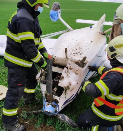 U obce Kořenec havarovalo letadlo. Dvě osoby v kabině