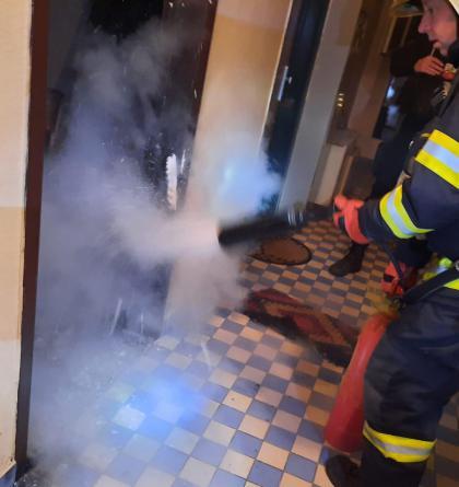 V panelovém domě v Táboře hasiči hasili hořící rohožku