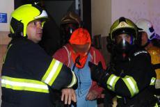 Spát v klidu moc nešlo. V  Praze v noci hořel byt, hasiči zachránili 17 osob