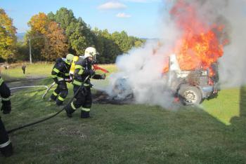 Osobní automobil kompletně zničily plameny, řidička byla v šoku