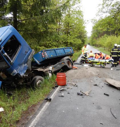 Náklaďák se střetl s osobákem, jeho řidič nedopadl vůbec dobře