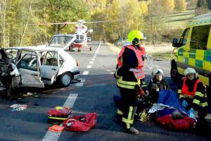 U Bečova na Karlovarsku se srazila dvě osobní auta, na místo letěl vrtulník