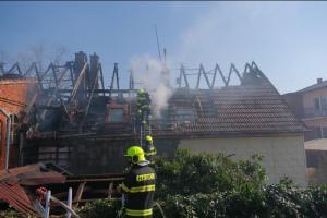 Hodně nepříjemný budíček. Ranní požár rodinného domu v Petřvaldu (VIDEO)