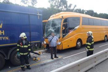 Čtrnáct zraněných. Nehoda třech vozidel na dálnici D1 zastavila dopravu