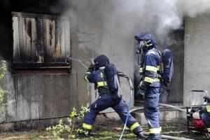 Pražští hasiči v opuštěném objektu na Liberecku cvičili se zařízením Cobra (VIDEO)