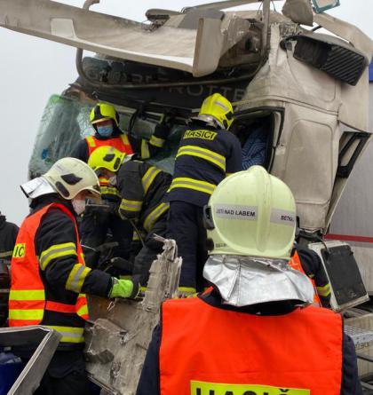 Dálnice D8: Čtyři kamiony v sobě, jeden řidič zemřel