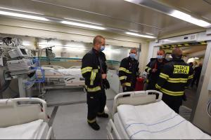 Pražští hasiči pomáhají v polní nemocnici v Letňanech (VIDEO)