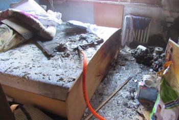 V Hradci Králové hořela ložnice bytu. Zrada byla v elektroinstalaci
