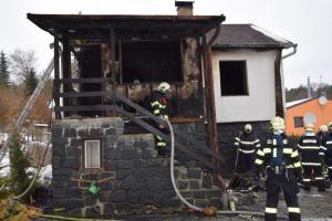 V Senohrabech vyhořela rekreační chata. Majitelka skončila v nemocnici