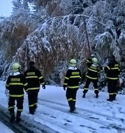 Extra: Boží Dar pod vysokým sněhem. Pomáhají ho odklízet i hasiči (VIDEO)