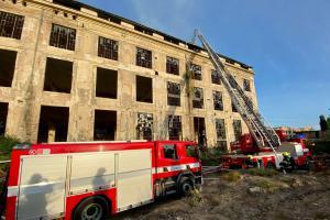 Hořela střecha demoliční haly v pražkých Vysočanech