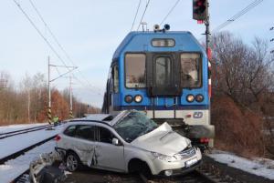 Řidička včas z auta utekla. Pak do něj na přejezdu narazil rychlík
