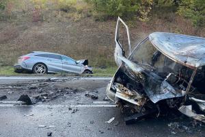 Tragédie na Kladensku. V hořící dodávce po nehodě zemřeli dva lidé