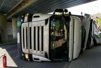 Špatný odhad řidiče. Kamion pod mostem v Ústí nad Orlicí neprojel