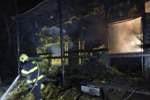 V rekreační oblasti u Berounky hořela chata, před ní i živá pochodeň