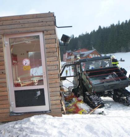 Čtyřkolka v Peci pod Sněžkou narazila do budovy vleku. Kosila i přípojky