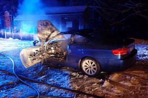 Co se to děje? Řidiče překvapily plameny, oheň hasil sněhem. Marně.