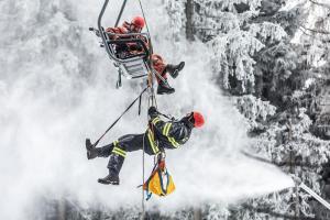 Šedesátka lezců z Královéhradecka cvičila záchranu osob z lanovky