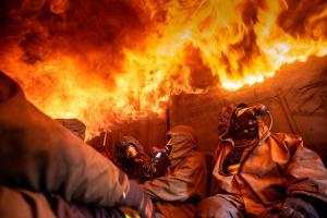 Co asi zažívají hasiči při požáru? V kontejneru plném ohně se to dozví