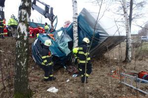 Silný poryv větru povalil náklaďák, hasiči museli vyprostit řidiče