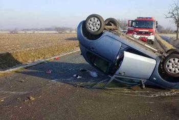Řidička převrátila auto i s dvěma dětmi na střechu.  Všichni svatí stáli při posádce