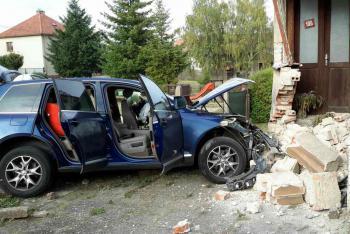 Jednal v šoku nebo kvůli alkoholu? Řidič naboural do domu a z místa utekl
