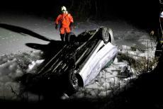 Začíná to snad být módní? Další řidič vykoupal sebe i své auto v rybníku