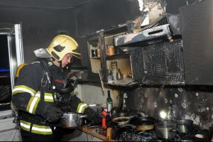 Vařit se v kuchyni asi dlouho nebude. Vyhořela v pražské Satalické ulici