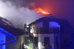 Desetimilionová škoda při požáru domu. Majitelka zkolabovala